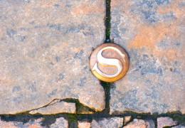 Символ Сарла прямо под ногами