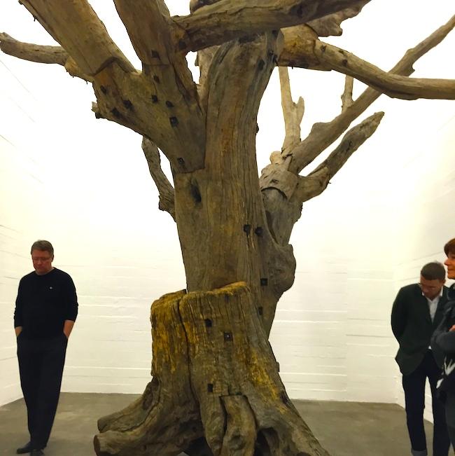 Объект Ай Вэй Вея, дерево, скрученное металлическими болтами