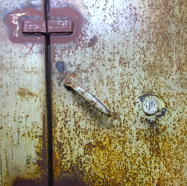 Не искусство, но дверь бункера