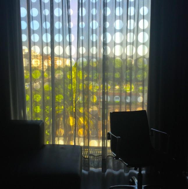 За окном продолжаются перфорированные ставни, защищающие комнату от безжалостного солнца