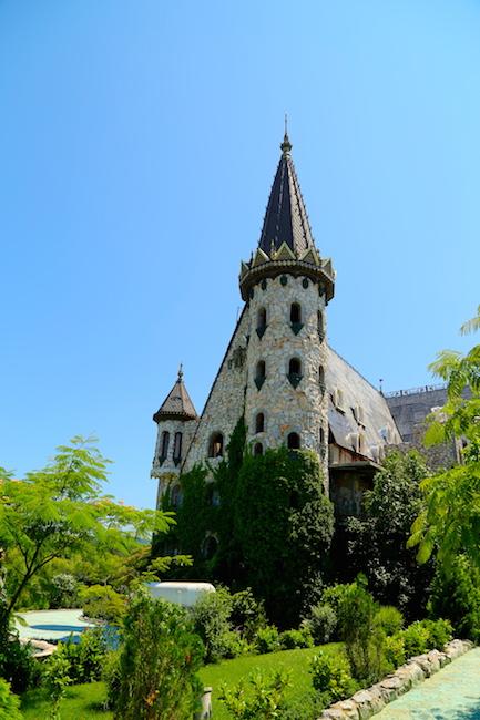 Романтик с большой дороги: болгарский «крестный отец» и его сказочный замок