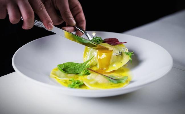 Равиоли с куриным желтком и шпинатом в легком соусе из белого вина copy