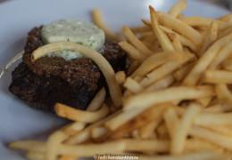 Стейк с карамелизованным луком-шалотом, сливочным маслом метрдотель и жареной картошкой