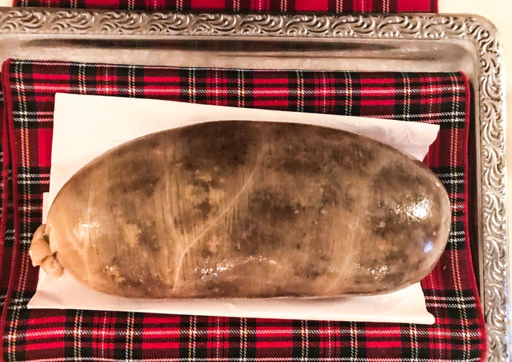 Хаггис,  примерно размером с батон хлеба