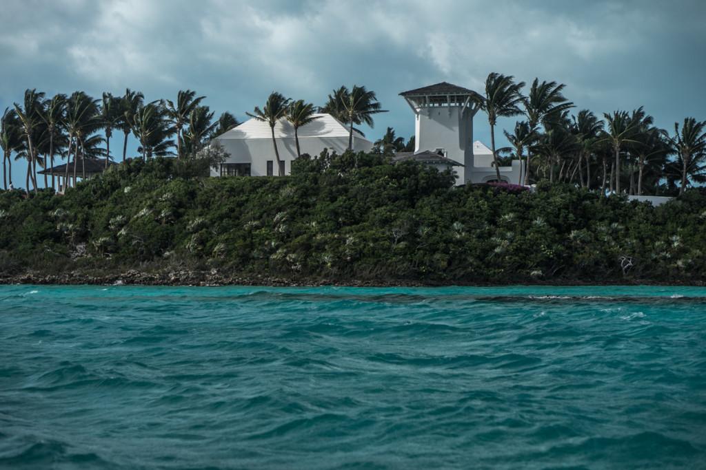 Белые крыши –отличительная архитектурная деталь Багам. И правда, зачем притягивать лишнее солнце?