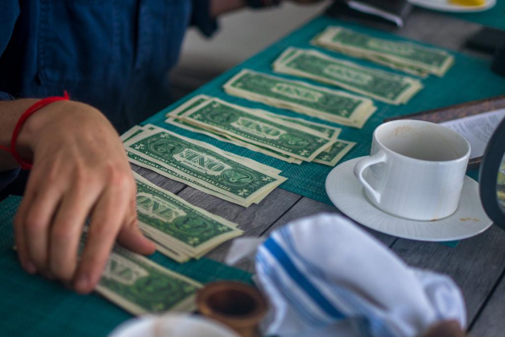 Багамская валюта равна американской