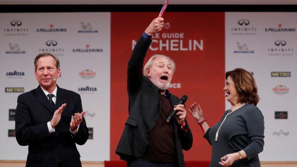 Президент Michelin Майкл Эллис (слева) и шеф-повар Пьер Ганьер (в центре). Photo REUTERS/Gonzalo Fuentes