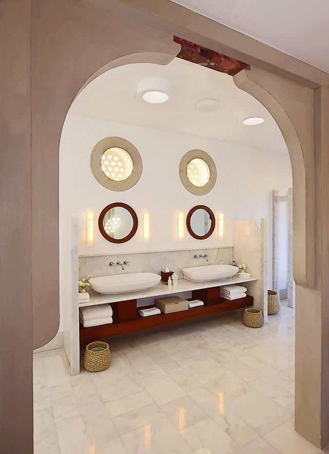 Ванная в отеле Amanrüya: солнечный свет льется сквозь отверстия в потолке, а мрамор наверху арки, согласно примете, несет счастье и покой