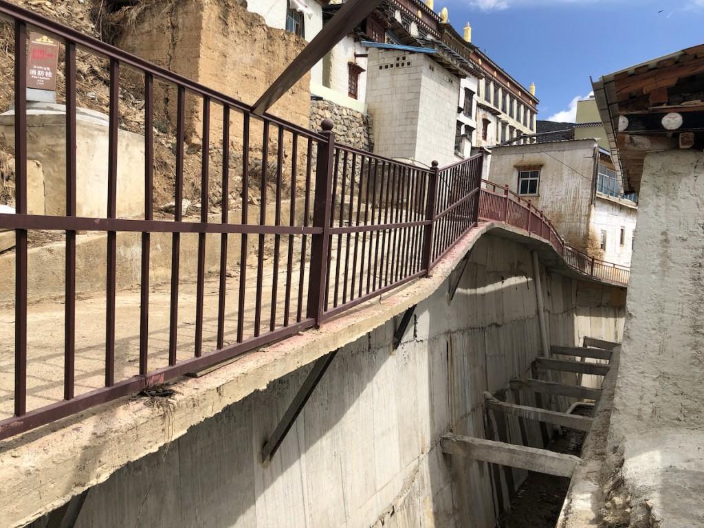 К монастырю вел крутой подъем по ступеням. Город вокруг строился на подпорных стенах.