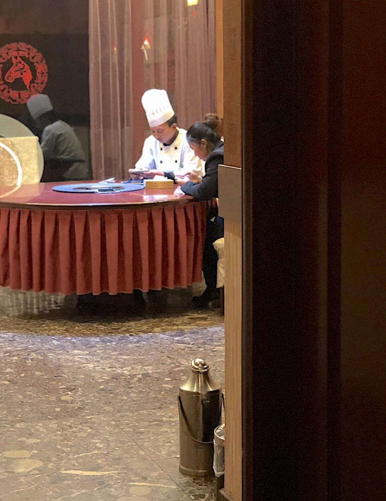 Парламентеры уговаривают повара приготовить для русских еду