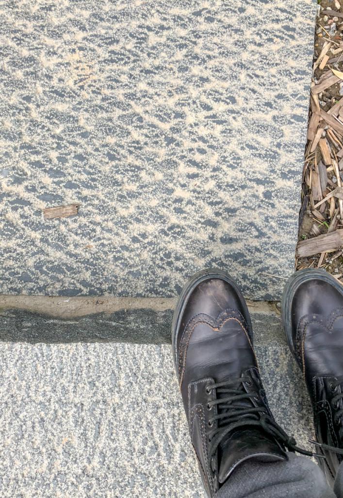 Камень на дорожках