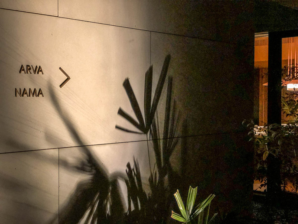 Ночная подсветка входа в ресторан Lazhu