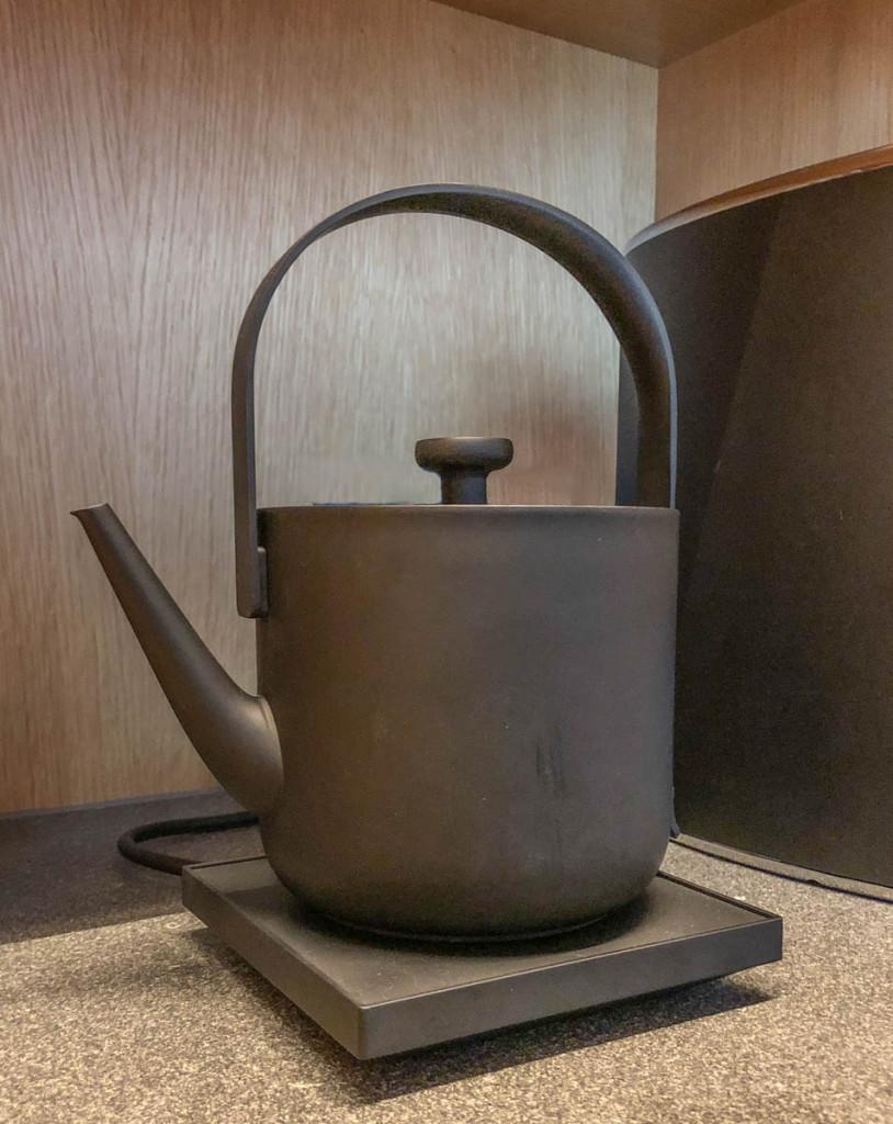 Чайник для кипячения в номере, включается нажатием ручки
