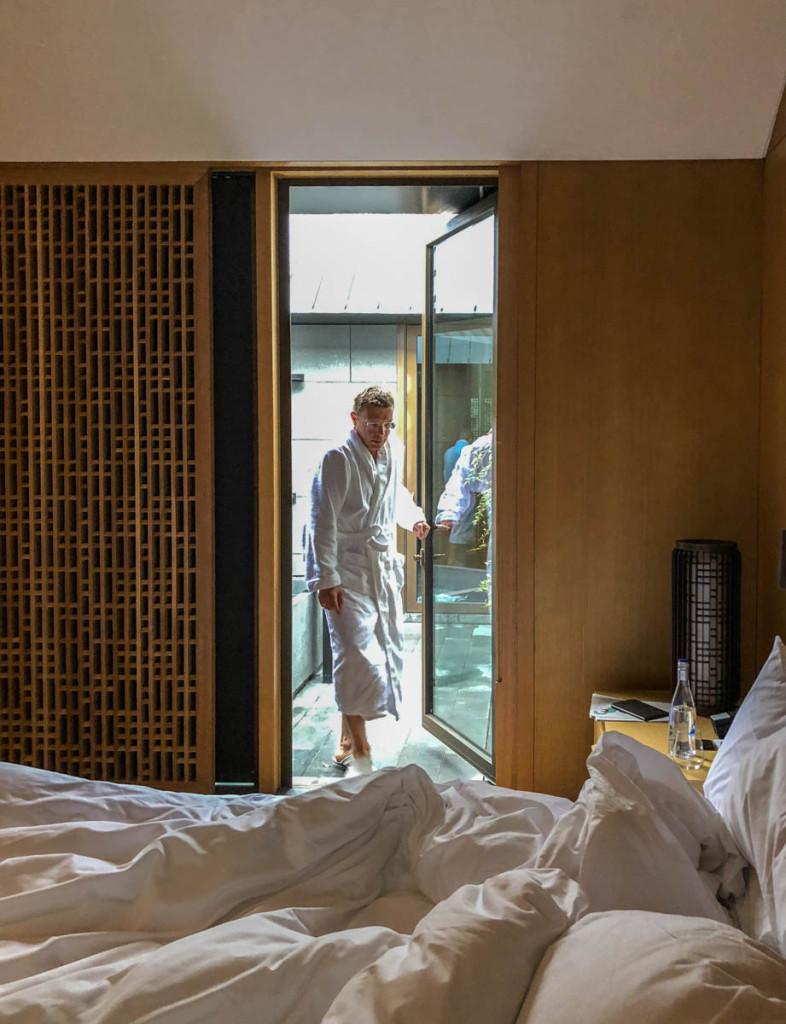 Дверь из спальни в патио с ванной