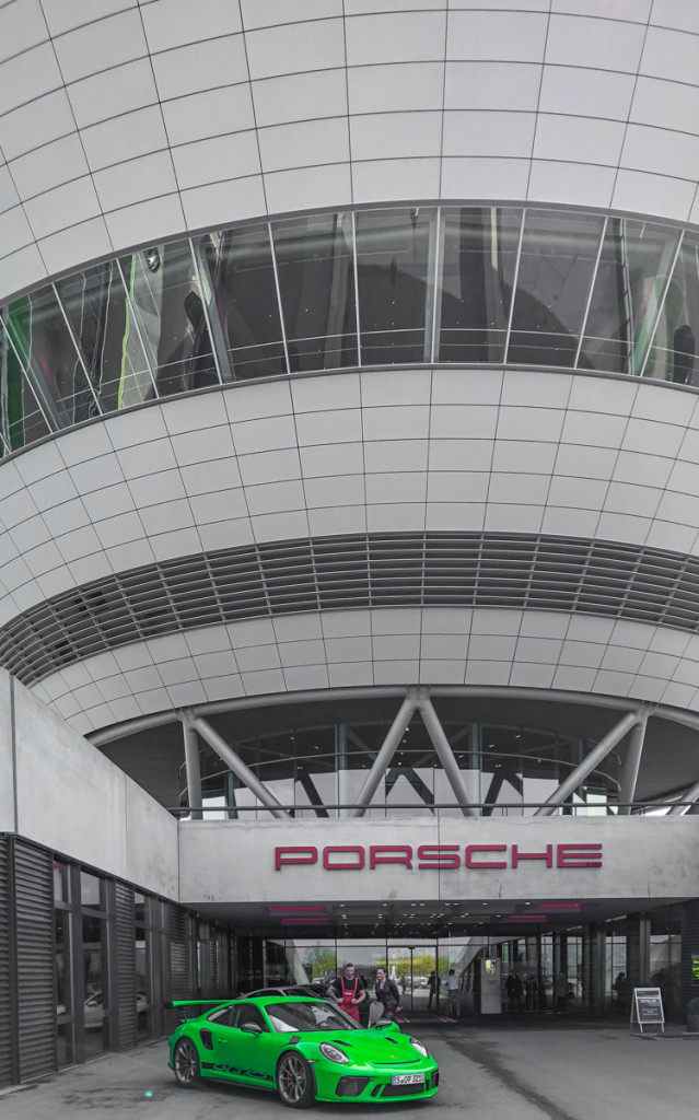 """Бриллиант"" Porsche –здание музея, ресторана и вход на производство"