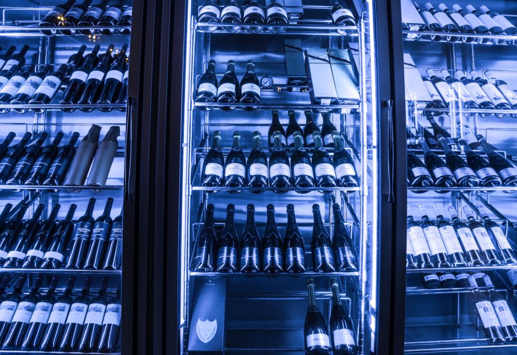Винные шкафы в баре отеля