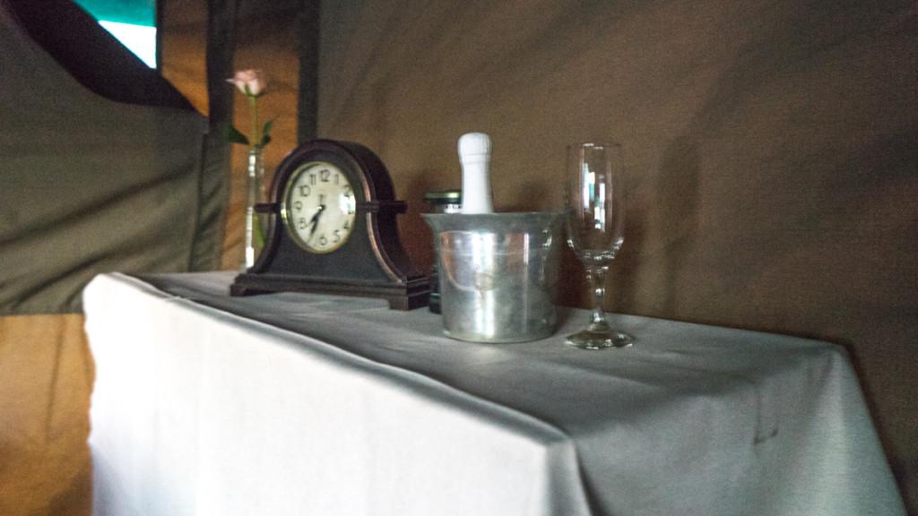 комод в палатке с часами и шампанским