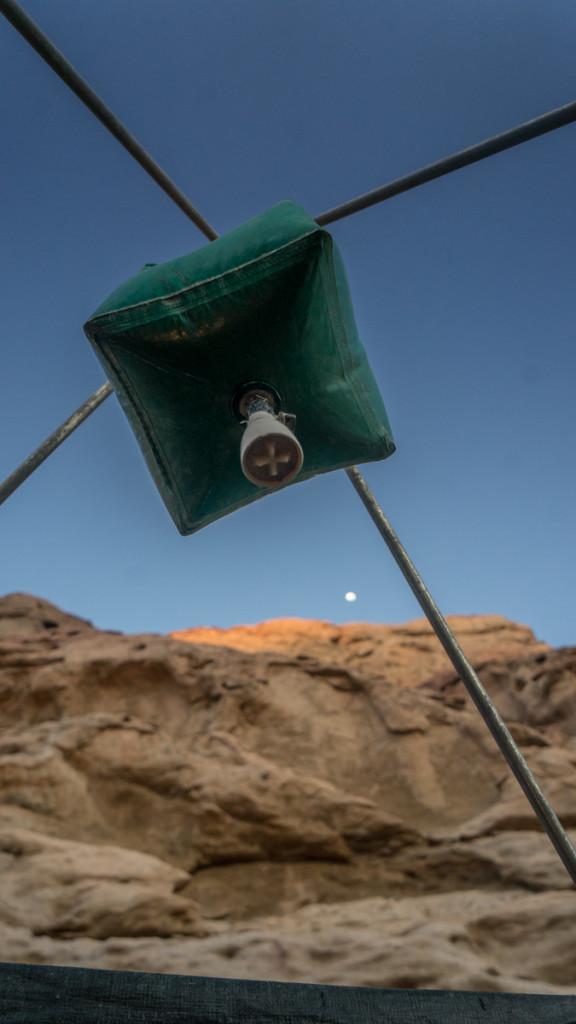 Пустынный душ на фоне луны