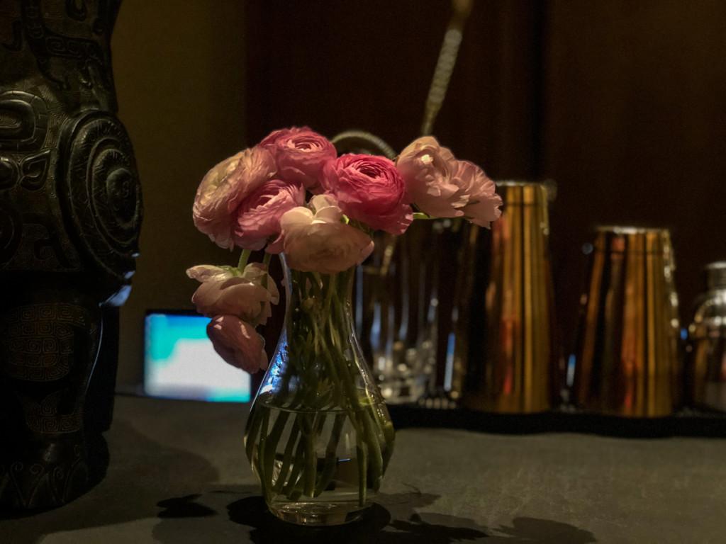 Цветы на барной стойке