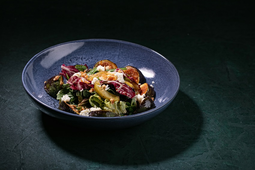 Салат с карамелизированным инжиром_сливой_и_козьим_сыром (1)