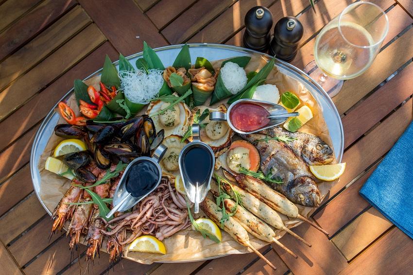 Большое плато из рыбы и морепродуктов