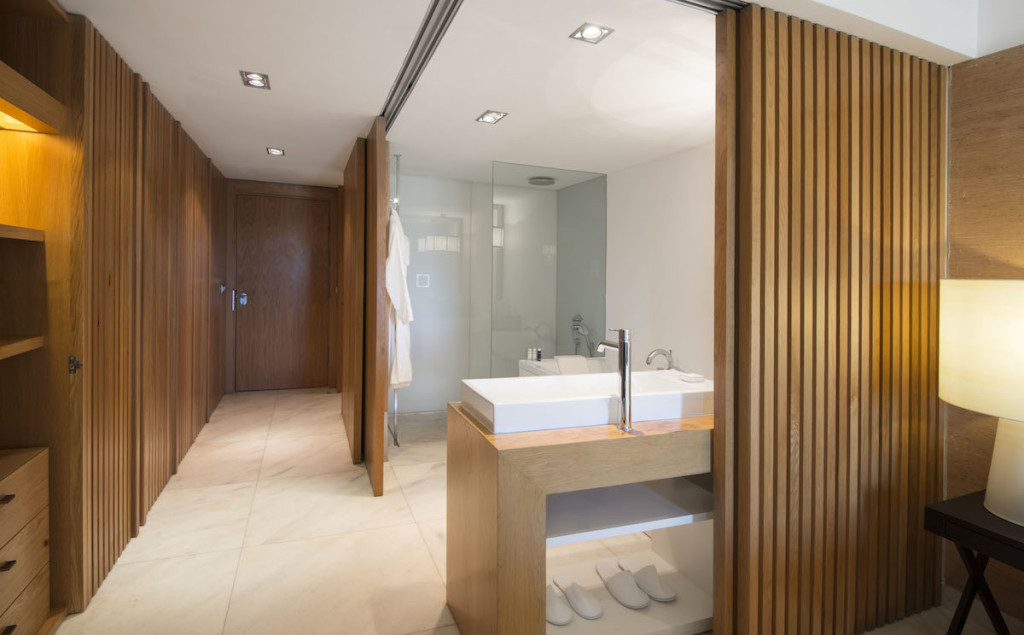 83096819-H1-AVIC_Deluxe_Golf_View_Bathroom_G_A_H