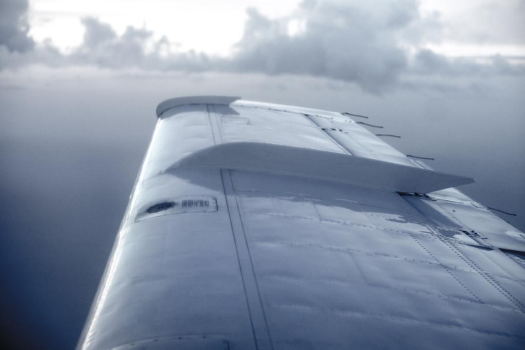 Крыло самолета на Элутеру