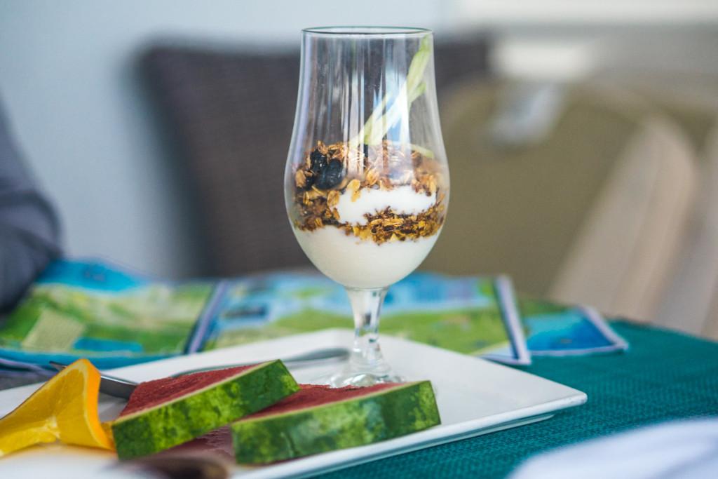 Парфэ с йогуртом, овсянкой и фруктами