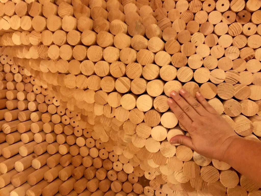 Художественное панно из дерева в подземном коридоре