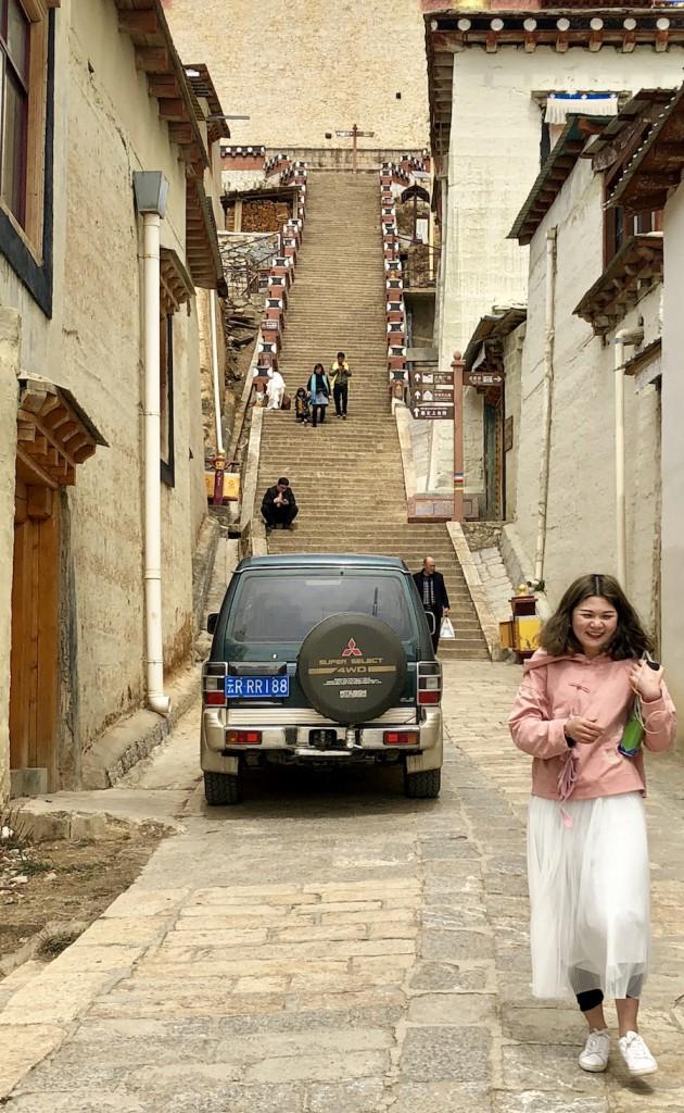 Ступени к монастырю круты, но позади есть пологий подъезд на автомобиле