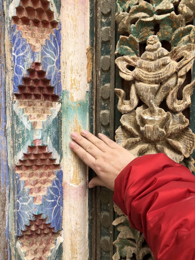 Деревянная резьба украшает жилые дома монахов