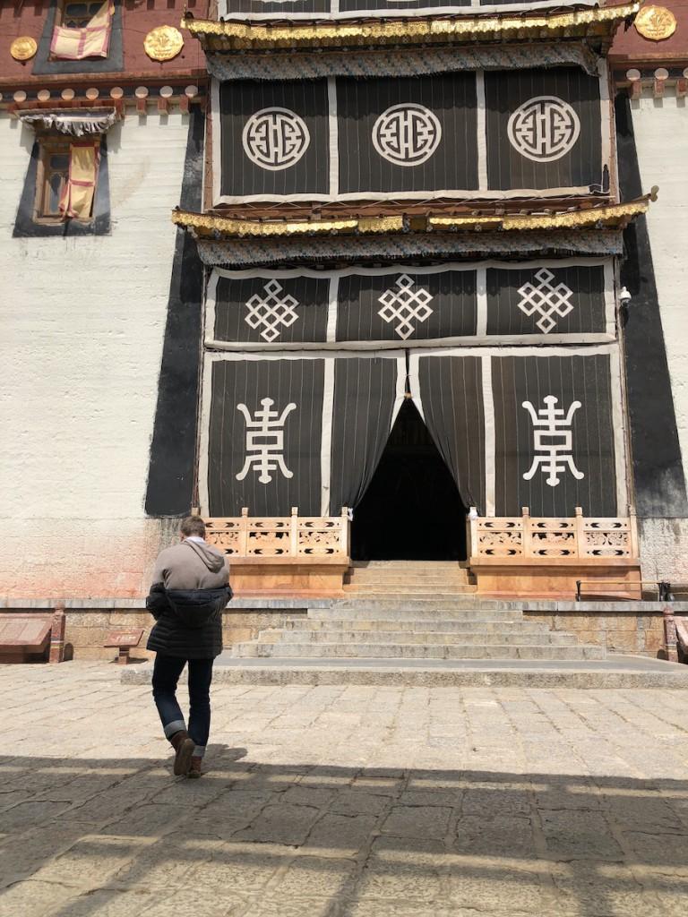 В монастыре три входа в три огромнных зала, это левый