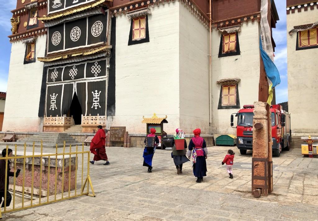 Три главных здания монастыря разделены проходами
