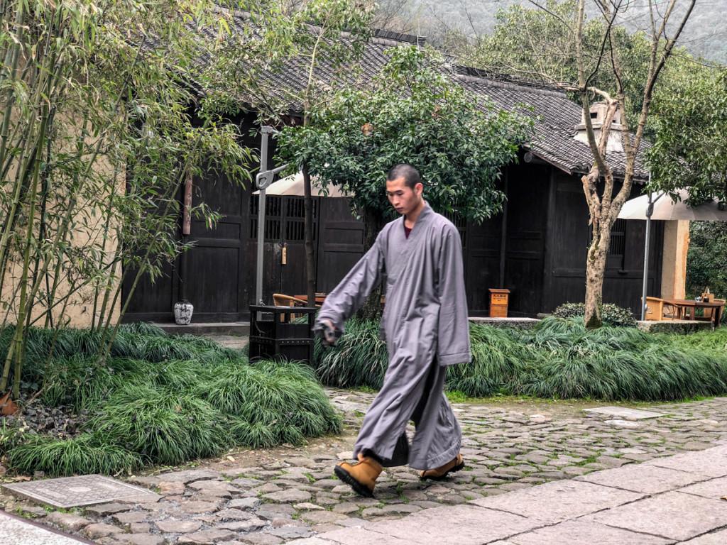 Монах идет из одного в другой монастырь