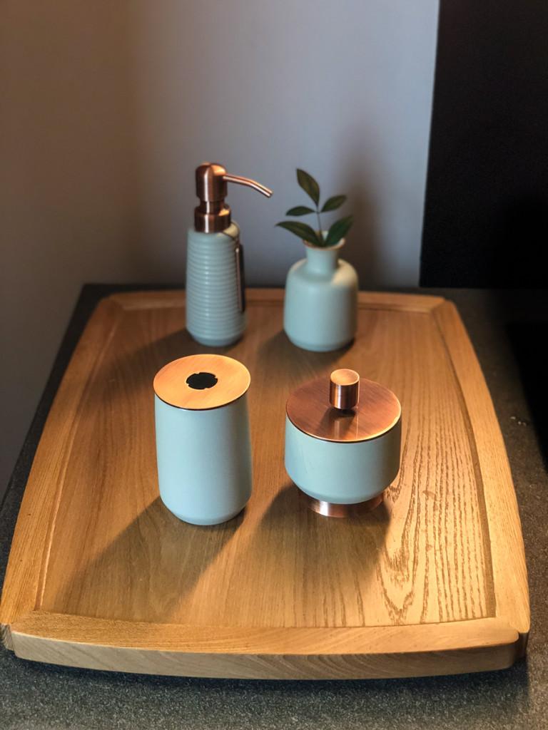 Диспенсеры на туалетном столике