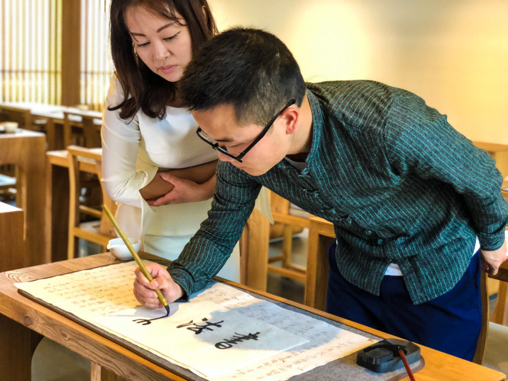 Директор школы искусств дает мастер класс