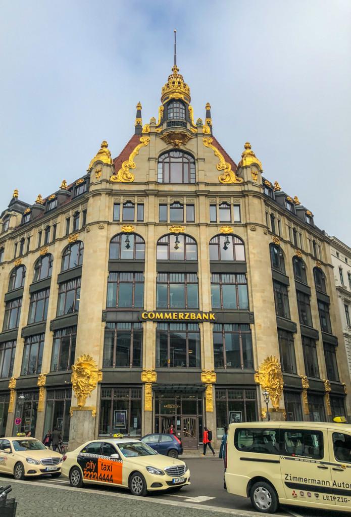 Здание коммерц-банка, ранее универмага