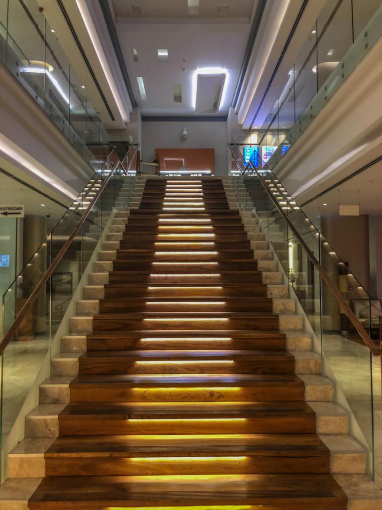 Цeнтральная лестница отеля Hilton WIndhoek