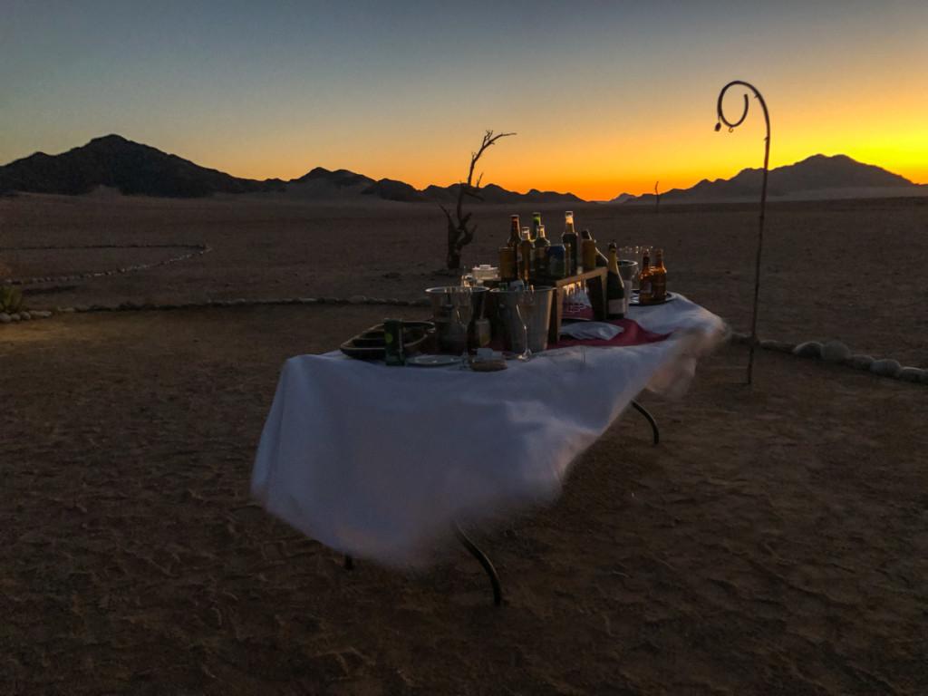 стол в пустыне