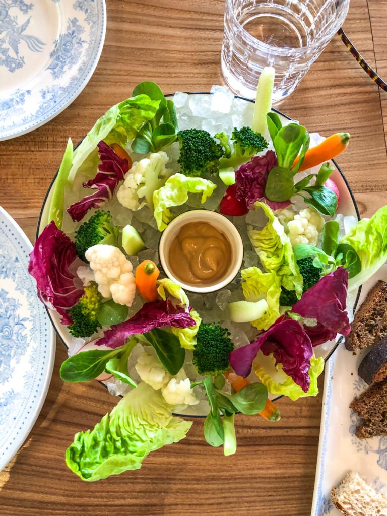 Салат на льду с шисо и гранолой
