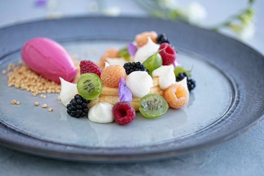 Кулейка творожная с лесными ягодами, крыжовником, сырной пеной и мороженым из кизила на крошке из карамелизированного попкорна
