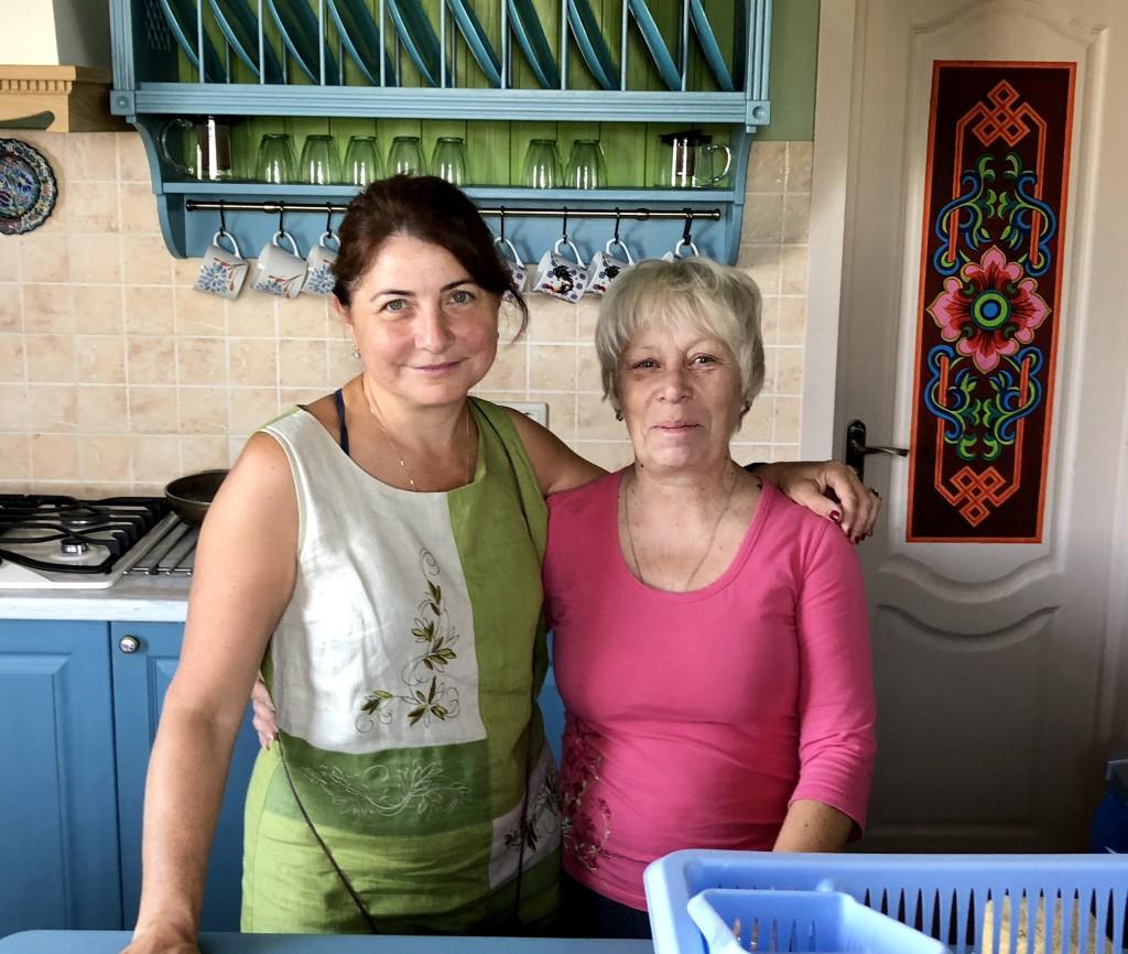 Марина и Наташа в кухне, которую сделал своими руками муж Марины